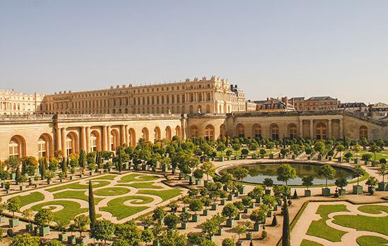 Intalnirea femeilor Versailles.)